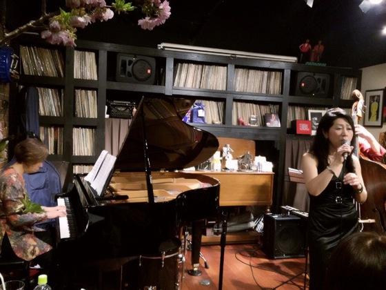 Sings with 多田恵美子&荒玉哲郎.